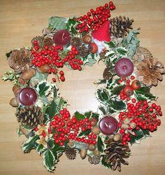 Corona toni rosso e verde con Babbo Natale (ciuffo di cotone e stoffa)