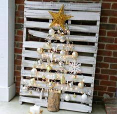 Weihnachtsbaum aus Europalette mit Weihnachtsschmuck darauf hängend