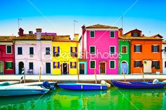 Venice landmark, Burano island canal, colorful houses and boats, — Стоковое изображение #47892069