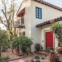 This charming residence is located in a historic neighborhood in downtown Phoenix and includes a mix of old and new vegetation.