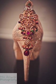 The best heels for an indian wedding! Gold wedding shoes with colorful jewels on the heel.in for Indian wedding inspiration Shoes Rose Gold, Gold Wedding Shoes, Bridal Shoes, Bridal Footwear, Gold Weddings, Indian Weddings, Estilo Hippie Chic, Hippy Chic, Pakistani Bridal