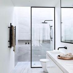 """8 curtidas, 1 comentários - Decor Salteado (@decorsalteado) no Instagram: """"Banheiro com box de vidro e perfil preto combinando com os demais metais!  Veja mais modelos e info…"""""""