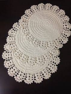 Crochet is one of the most versatile crafts to decorate the home. You can use it to make rugs, tablecloths or simply a crochet centerpiece to match the Crochet Dollies, Crochet Lace Edging, Crochet Doily Patterns, Filet Crochet, Crochet Designs, Crochet Kitchen, Crochet Home, Love Crochet, Easy Crochet