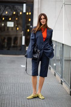 The Best Street Style Looks From Paris Fashion Week Fall 2020 Cool Street Fashion, Paris Fashion, Spring Fashion, Autumn Fashion, Gala Gonzalez, Spring Street Style, Street Style Looks, Khaki Trench Coat, Sheer Socks