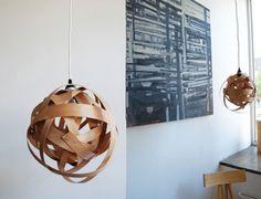 Lámpara con tiras de madera