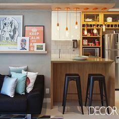 Localizado no Rio de Janeiro, apartamento com décor assinado pelo escritório PKB Arquitetura busca transparecer a personalidade dos proprietários em cores vibrantes e estampas geométricas.