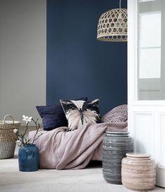 mur peinture gris perle et mur peinture bleu foncé, lit avec linge rose et coussins décoratifs, vases decoratifs suspension exotique