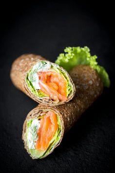 Crêpes de blé noir façon rouleaux au saumon fumé : la recette facile