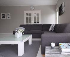 moderni olohuone,olohuone,harmaa sohva,valkoinen lattia,vaaleanharmaa seinä