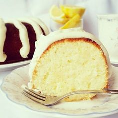 Nothing Bundt Cakes Lemon Copycat Recipe More Would probably find another recipe. Fine for a lemon pound cake, but it was not like Nothing Bundt cakes Lemon Desserts, Köstliche Desserts, Lemon Recipes, Delicious Desserts, Dessert Recipes, Juice Recipes, Bunt Cakes, Cupcake Cakes, Cupcakes