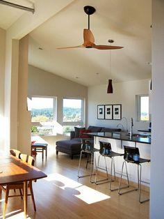 ventilateur de plafond en bois, plafond haut blanc, une belle cuisine moderne