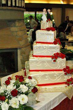 Torta nuziale a piani con rose rosse