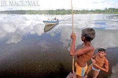 Niños pescan pirañas en el Bajo Delta en Tucupita. Caracas, 27-08- 2008 (RAUL ROMERO / EL NACIONAL)