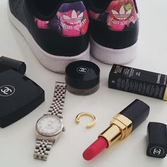Today I need only my new #chanel lip colour ( #Dimitri 442) and my beloved #stansmith ( and my gold and diamonds ring by @sprezzatura_paris of course !!!)