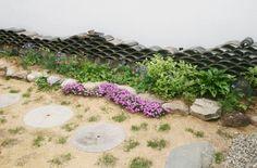헌집 개조해서 게스트하우스 오픈하기 - Daum 부동산 Stepping Stones, House Styles, Garden, Outdoor Decor, Moon, Home Decor, The Moon, Stair Risers, Garten