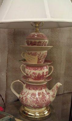 Si tienes un juego de té algo dañado o con piezas perdidas... puedes darle una seguna vida como pie de lámpara +ideas en http://www.iloveteacompany.com/2013/02/8-ideas-para-reutilizar-cosas-de-te.html