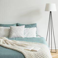 Ejemplos de dormitorios con buen feng shui | LoveToKnow Consejos Feng Shui, Comforters, Blanket, Furniture, Home Decor, Feng Shui Bedroom, Buddha Decor, Protection Spells, Space