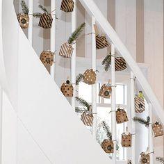 Maak je eigen adventskalender met cadeautjes. Pak ze leuk in, in bijvoorbeeld deze cadeaudoosjes van HEMA, hang ze op of zet ze ergens neer en pak elke dag een pakje uit. Vanaf vandaag tot aan Kerst. Ook leuk om iemand anders mee te verrassen. Bedankt voor je foto @l_i_s_a_j_a_n_i_n_a