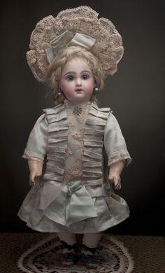 """""""Ранняя"""" кукла Jumeau с закрытым ртом - редкого кабинетного размера, высотой 31 см. - на сайте антикварных кукол."""