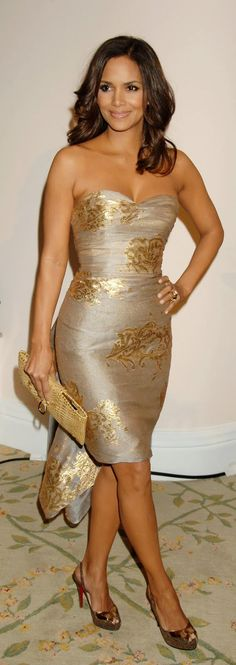 """cute gold dress. Halle Berry :) Saaaay! She matches this cake I """"Pinned"""" on my 'Just Because' Board. ®... #{T.R.L.}"""