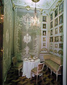 Le cabinet de miniatures, oeuvres de François Etienne et des enfants. Certaines sont signées.   Schloss Schönbrunn