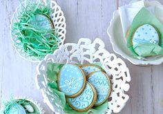 Die Zutaten für die Osterkekse:  Rezept für etwa 50 Osterkekse  Zubereitungszeit (ohne Wartezeit) ca. 1,5 Stunden    Für den Mürbeteig:  250 g Butter, 100 g Puderzucker, 1 Prise Salz, 2 Eigelb (Kl. M), 100 g fein geriebene Mandeln, 280 g Mehl    Für den Zuckerguss:  350 g Puderzucker, 2 Eiweiß (Kl. M), grüne und blaue Speisefarbe  Osterkekse backen  Im vorgeheizten Backofen bei 180 Grad (Umluft 170 Grad) auf 2. Schiene von unten die Keksbleche nacheinander 10-12 Minuten goldbraun backen.