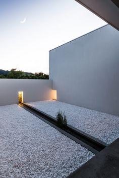 Minimalist Japanese house built around a zen garden by architect Kouichi Kimura Minimal Architecture, Garden Architecture, Japanese Architecture, Interior Architecture, Shiga, Casa Patio, Design Exterior, Best Decor, Courtyard House