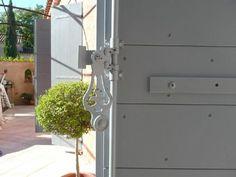 Volets rainur s en bois exotique sipo design pur for Fenetre ral 7035