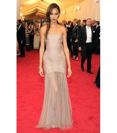 Joan Smalls in Vera Wang customdeep nude strapless silk tulle dress with hand-tucked body and sheer skirtaccented by a center front-slit