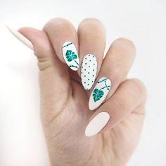 Biało i jakoś tak naturalnie, co myślicie? 🌿 Więcej moich malowideł -> #patamaluje   #semilover #semilac #newnails #hybrid #leafnail #hybrydy #manicure #manicurehybrydowy #dottednails #dotted #monstera #monsteranails #summernails #sttongwhite #nails #nailart #diy #handmade #claws #nägel #paznokcie