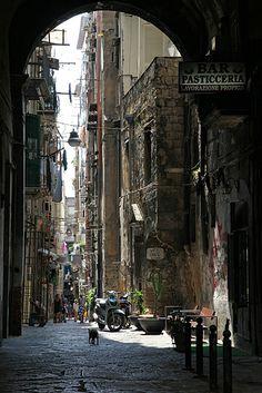 Une ruelle typique du centre historique de Naples, Italie - août 2013 // Italy / Italia