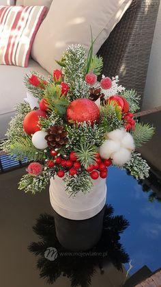 Christmas Colors, Christmas Time, Christmas Wreaths, Christmas Decorations, Xmas, Table Decorations, Christmas Ornaments, Holiday Decor, Christmas Flower Arrangements