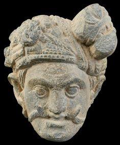 Imagen de Mara, según en la religión Budista es el demonio que intento tentar a Buda Siddharta Gautama. Fragmento de Alivio de Mara al estilo de Gandhara, que se encuentra en el Distrito de Swat, Talibán