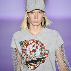 Patricia Bonaldi teve a ideia de usar elementos da estética hip hop para a nova coleção da @patbo_official. Agasalhos aveludados dividiram espaço com vestidos usados com tênis e tricôs decorados. No lugar dos grafittis os tradicionais bordados da grife. (via @vivianwhiteman | fotos: @agfotosite) #ELLEnoSPFW  via ELLE BRASIL MAGAZINE OFFICIAL INSTAGRAM - Fashion Campaigns  Haute Couture  Advertising  Editorial Photography  Magazine Cover Designs  Supermodels  Runway Models