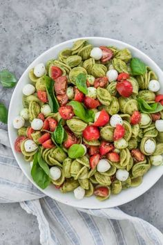 Caprese Pasta Salad with Pesto: The ultimate summer potluck dish, this caprese pasta salad is made with chunks of pearl mozarella, juicy cherry tomatoes and tossed in a bright pesto sauce! pasta salad Caprese Pasta Salad with Pesto Think Food, I Love Food, Vegetarian Recipes, Cooking Recipes, Healthy Recipes, Pasta Recipes, Caprese Pasta Salad, Salade Caprese, Summer Pasta Salad