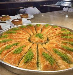 En güzel mutfak paylaşımları için kanalımıza abone olunuz. http://www.kadinika.com Yaz öncesi ufacıkmini minnacık bir kaçamak  Sizce de antep fıstığının en güzel hali değil mi #itsendoclock #karakoy #gulluoglu #antepfistigi #baklava #havucdilimi #dessert #turkishcuisine #istanbul #friday #photo #photooftheday #food #yummy #delicious #bestdessert #sahanelezzetler #mutfakgram #yemekrium #lezzetrium #onlinetatlilar #onlinelezzetler