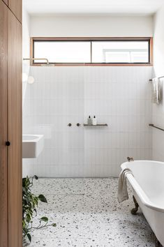 Photo 14 of 16 in A $437K Retrofit Turns a Dilapidated Edwardian Into a High-Design Haven - Dwell Interior Design Awards, Bathroom Interior Design, Bad Inspiration, Bathroom Inspiration, Simple Bathroom, Modern Bathroom, Bathroom Trends, Bathroom Ideas, Colorful Bathroom