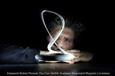 """Emanuele Rubini présente le premier suspendu lévitation magnétique sculpture en marbre de Carrare 22 x 15 x 15 cm à partir du poids 230 grammes a travaillé à l'extrême, jusqu'à ce qu'un marbre mince fil de 2 mm. « Un paradoxe spatial nouvel » curiosité initiale laisse rapidement place à la prise de conscience de la pierre/contraste en « vide"""",""""Léger/lourd""""cela signifie être capable de créer un paradoxe. Inverser les parties."""