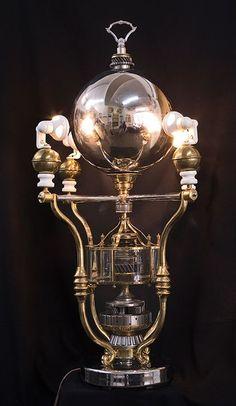 クラシカルで品のあるスチームパンク・ランプ。Larry Frederick作。http://www.componere.com/furniture.html