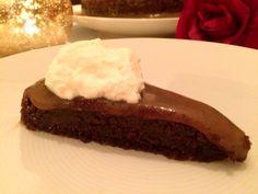 Ljuvlig kladdkaka med ett mjukt täcke av salt kola. Kombinationen choklad, salt och kola är underbar, den här kakan får du inte missa!