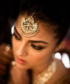 19 Scientific Facts Behind Indian Traditional Fashion for Women - LooksGud. Tika Jewelry, Head Jewelry, India Jewelry, Wedding Jewelry, Gold Jewellery, Silver Jewelry, Jewellery Designs, Antique Jewelry, Jewellery Shops