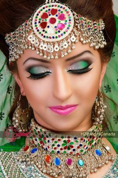 This is a cultural wedding costume, the brides wear a lot of jewelry, and make-up. Bridal Make Up Inspiration, Bridal Jewellery Inspiration, Bridal Jewelry, Afghan Clothes, Afghan Dresses, Indian Bridal Makeup, Bridal Beauty, Afghan Wedding, Arabic Makeup