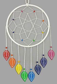 Attrape-rêves blanc aux feuilles arc-en-ciel - Réalisé sur commande par @savousepate - Idée cadeau de naissance / décoration pour chambre d'enfant