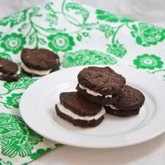 So it's time to turn that Oreo-deprived frown upside down! Rejoice my friends, because we can enjoy this delectable and nostalgic delite (pun intended) once again with these vegan, homemade Oreos. Homemade Oreos, Homemade Chocolate, Chocolate Wafers, Homemade Yogurt, Homemade Food, Oreo Dessert, Healthy Treats, Healthy Desserts, Healthy Recipes
