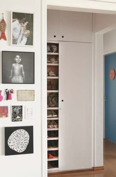 Para aproveitar o hall anterior ao corredor que leva aos quartos, o antigo armário de fotos foi transformado em sapateira.