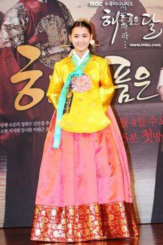 Moon Embracing the Sun (Hangul: 해를 품은 달;RR: Haereul Pum-eun Dal, also known as The Sun and the Moon) is a 2012 South Korean television drama series, starring Kim Soo-hyun, Han Ga-in,Jung Il-woo and Kim Min-seo. It aired on MBC. Korean Hanbok, Korean Dress, Korean Outfits, Korean Clothes, Korean Traditional Dress, Traditional Dresses, Nam Bo Ra, Oriental Dress, Hallyu Star