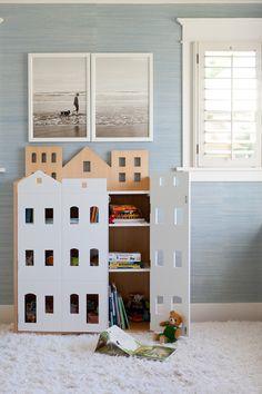 Una casa per i libri. Una originale libreria con porte, finestre e tetti dove mettere libri e giocattoli