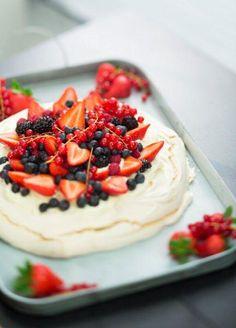 Marjainen pavlova - Kotiliesi.fi Anna Pavlova, 60th Birthday Party, Sweet Pastries, Fodmap, Gluten Free Recipes, Free Food, Cheesecake, Good Food, Salmon