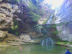 La Roca Foradada y la bonita zona de baño en la cascada del torrente de la Rotllada / Sendero · La Foradada | Cantonigròs