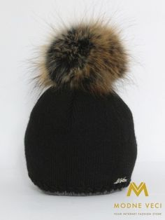 Dámska čierna čiapka s bambuľou z pravej kožušiny 5058/70